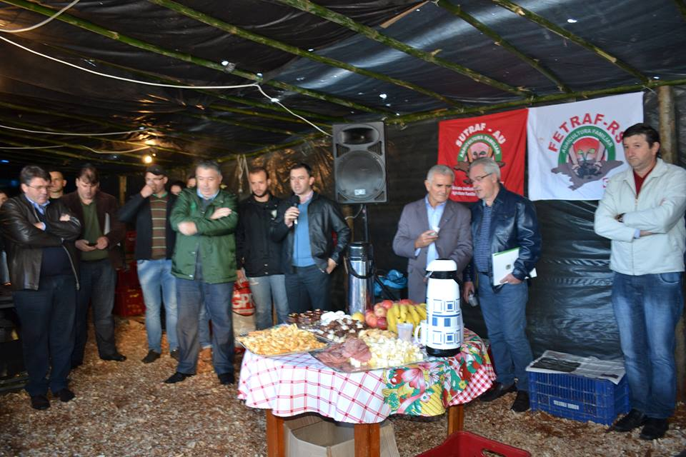 Ir para  <p><big>Na manh&atilde; desta quinta-feira, dia 27, prefeitos da regi&atilde;o do Alto Uruguai estiveram presentes no Acampamento em Defesa da Previd&ecirc;ncia, promovido pelo Sindicato Unificado dos Trabalhadores da...