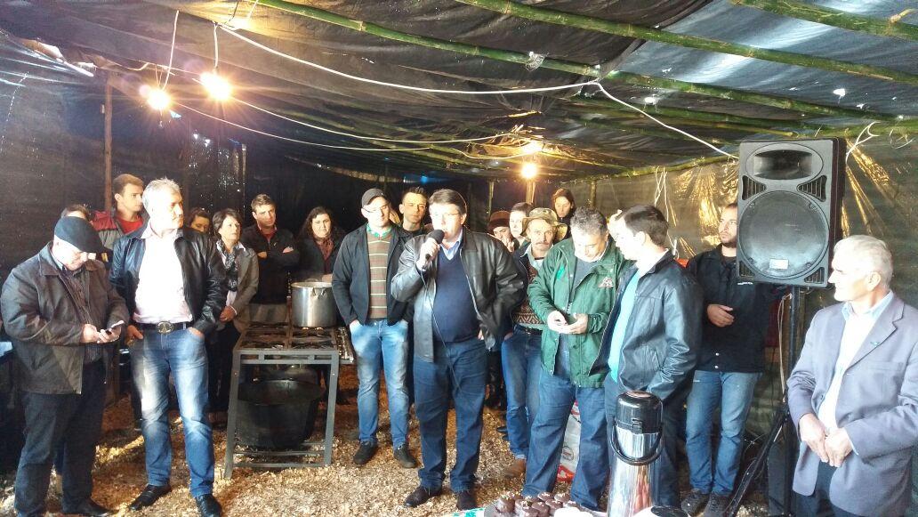 Ir para  <p><big>O deputado Altemir Tortelli, participou, na manh&atilde; dessa quinta-feira (27), de um caf&eacute; da manh&atilde; no acampamento em defesa da previd&ecirc;ncia p&uacute;blica, montado pela FETRAF as...