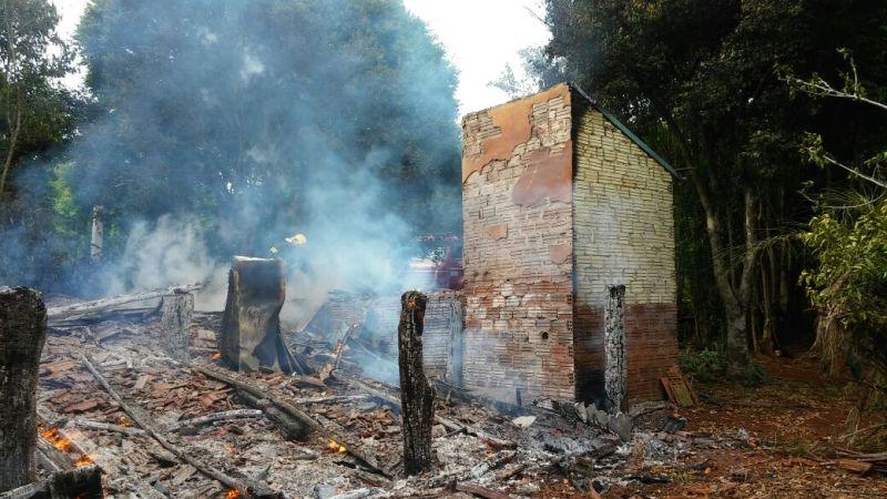 Ir para  <p><big>A casa de um agricultor de Linha Meneguetti, interior de Carlos Gomes, foi completamente destru&iacute;da pelo fogo no in&iacute;cio da manh&atilde; desta sexta-feira(3). Os bombeiros de Erechim foram acionados...