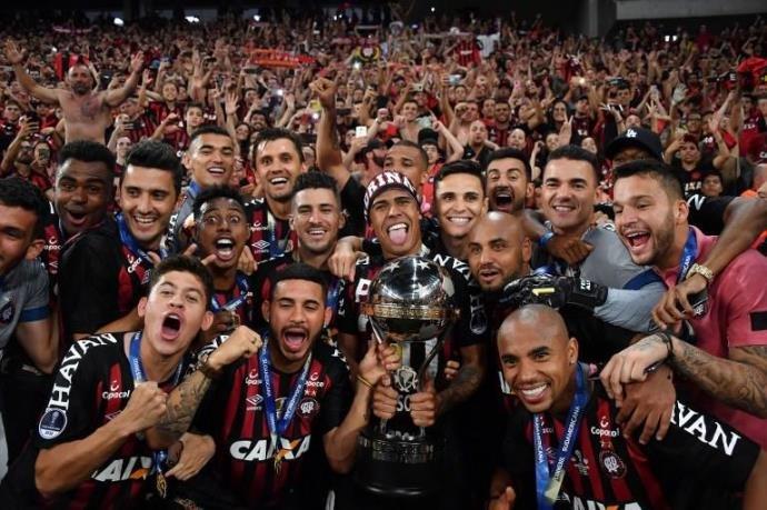 Atlético-PR vence Júnior nos pênaltis e é campeão da Sul-Americana.