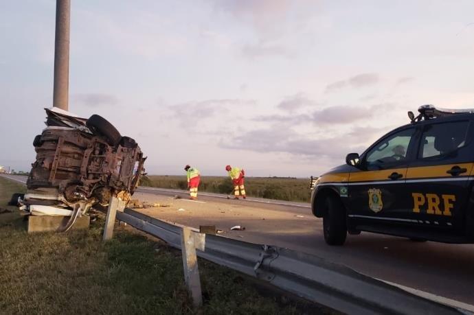 Duas pessoas morrem em acidente com caminhonete em Rio Grande.
