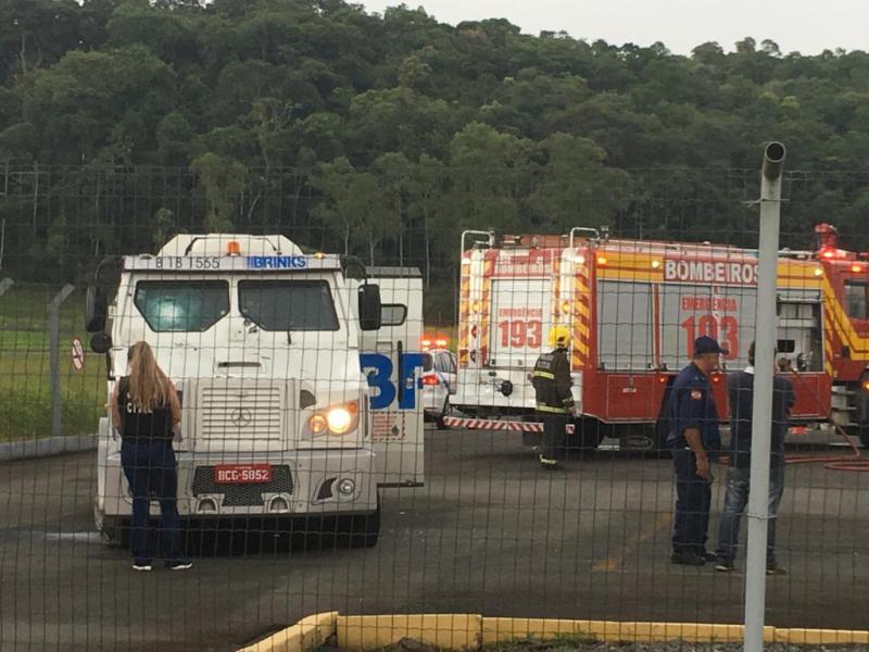Ir para  <p>Um assalto com bandidos armados com fuzis no aeroporto de Blumenau, no Vale do Itaja&iacute;, deixou uma pessoa morta e duas feridas na tarde desta quinta-feira (14). Uma delas, uma mulher, morreu no hospital. Segundo a...