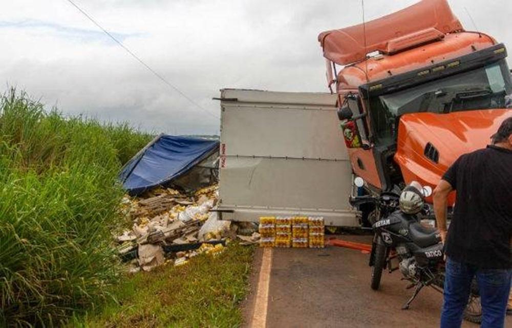 Ir para  <p>Um caminh&atilde;o de cerveja tombou no domingo (7), na PR-454, entre Jaguapit&atilde; e Astorga, no Norte do Paran&aacute;. Parte da carga, que ficou espalhada no acostamento, foi furtada antes da chegada dos...
