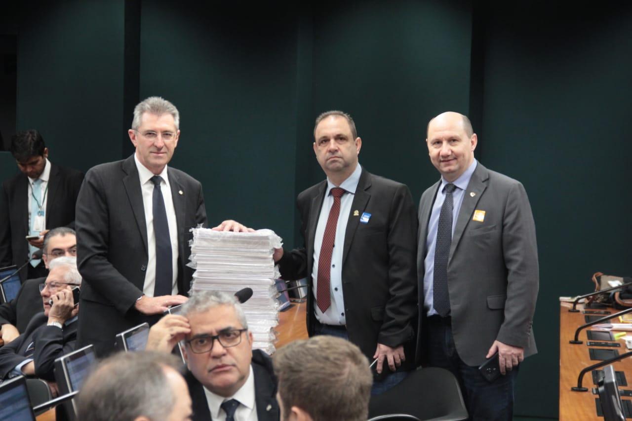 Ir para  <p><big>O relator da proposta de emenda &agrave; Constitui&ccedil;&atilde;o (PEC) da reforma da Previd&ecirc;ncia, deputado Samuel Moreira (PSDB-SP), apresentou nesta quinta-feira (13), em comiss&atilde;o especial...