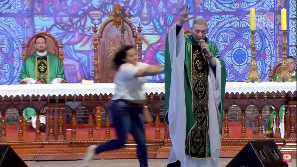Ir para Mulher joga padre Marcelo Rossi do palco de evento em São Paulo
