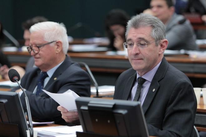 Ir para  <p><big>O deputado Heitor Schuch lamentou a aprova&ccedil;&atilde;o em segundo turno da PEC 6 da reforma da Previd&ecirc;ncia, na madrugada desta quarta-feira (7) no plen&aacute;rio da C&acirc;mara.&nbsp;...