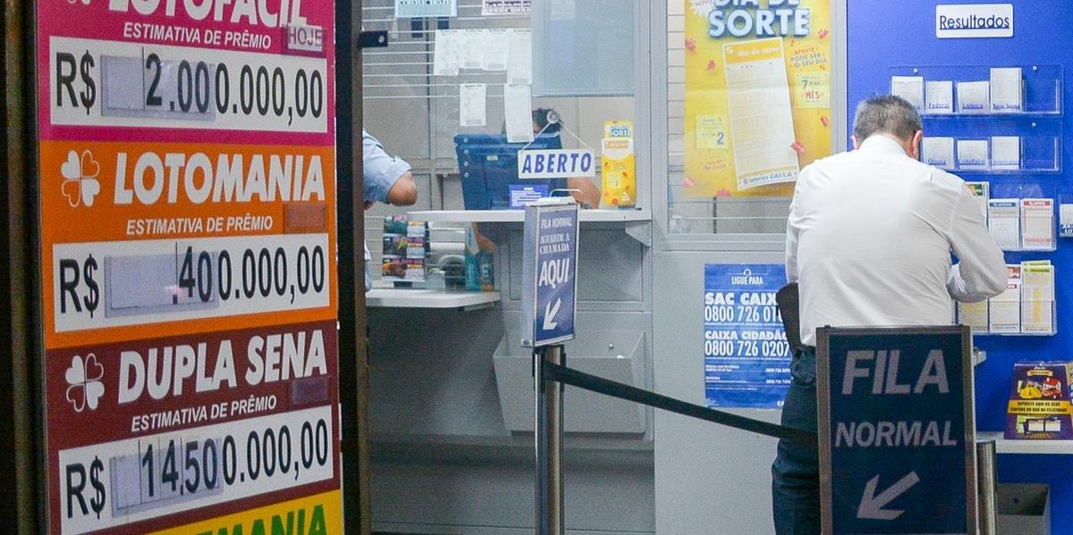 Ir para  <p>A cada semana, milhares de pessoas recorrem &agrave; sorte na esperan&ccedil;a de enriquecer. Os brasileiros est&atilde;o apostando mais neste ano. De janeiro a setembro, a arrecada&ccedil;&atilde;o com loterias somou...
