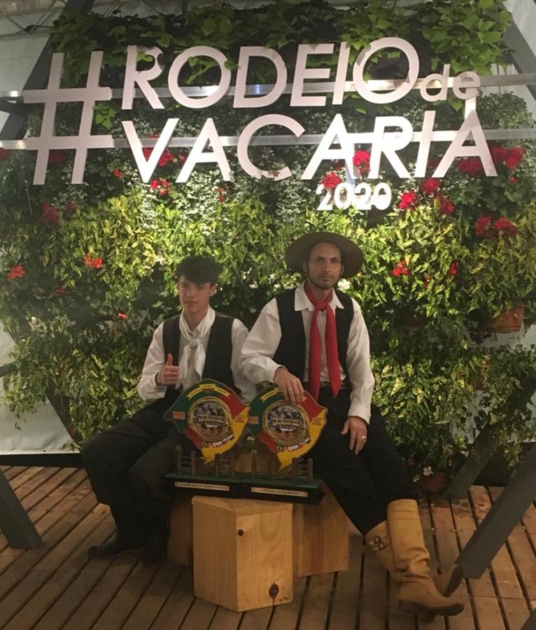Ir para Viadutense e Gauramense conquistam troféus no Rodeio Internacional de Vacaria.