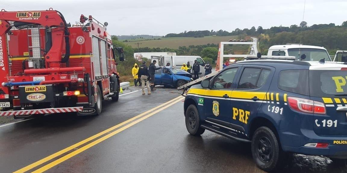 Ir para  <p>Duas pessoas morreram em acidente de tr&acirc;nsito na manh&atilde; desta sexta-feira em Passo Fundo. No km 286 da BR 285, um Chevrolet Ipanema, com placas de Vicente Dutra, e uma carreta Scania, com placas de Carazinho,...