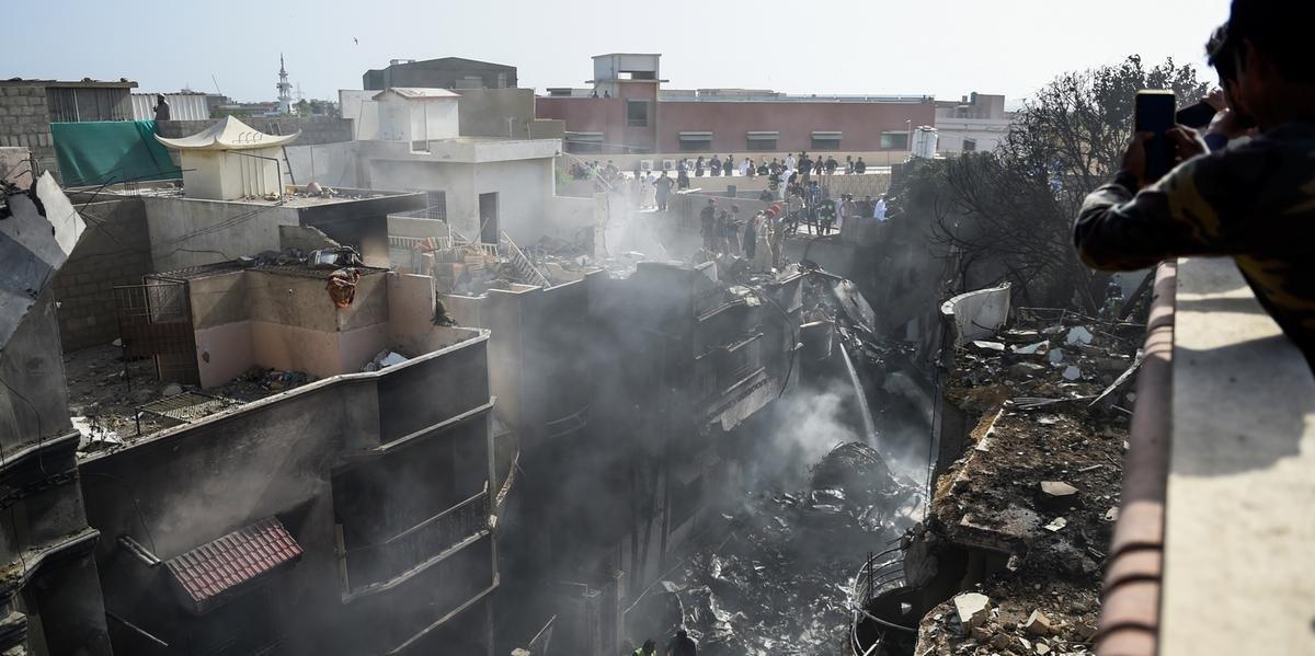 Ir para  <p>A queda de um Airbus A320 nesta sexta-feira em uma &aacute;rea residencial de Karachi, no sul do Paquist&atilde;o, deixou 97 mortos e apenas dois sobreviventes, de acordo com um novo balan&ccedil;o divulgado pelas...