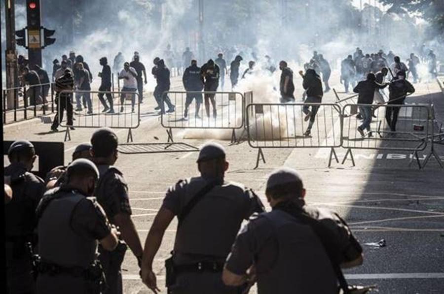 Ir para  <p><big>As cenas de confronto observadas neste domingo, &uacute;ltimo dia do m&ecirc;s de maio de 2020, na Avenida Paulista em S&atilde;o Paulo s&atilde;o parte de um processo mais profundo de corros&atilde;o do...