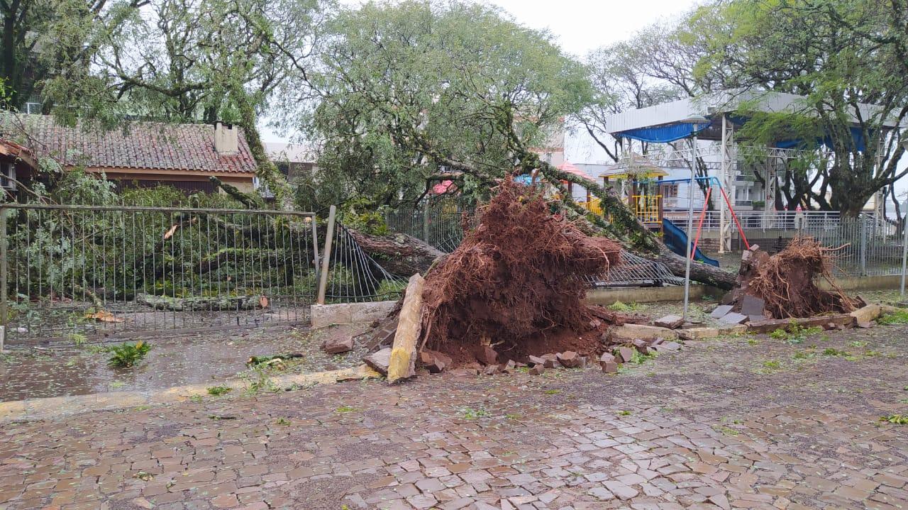 Ir para  <p>Passagem de &quot;ciclone bomba&quot; hoje (30), por volta do meio dia, deixou rastro de in&uacute;meros estragos em Gaurama.</p>  <p>Foram alguns minutos de chuva intensa e ventos muito fortes que causaram...