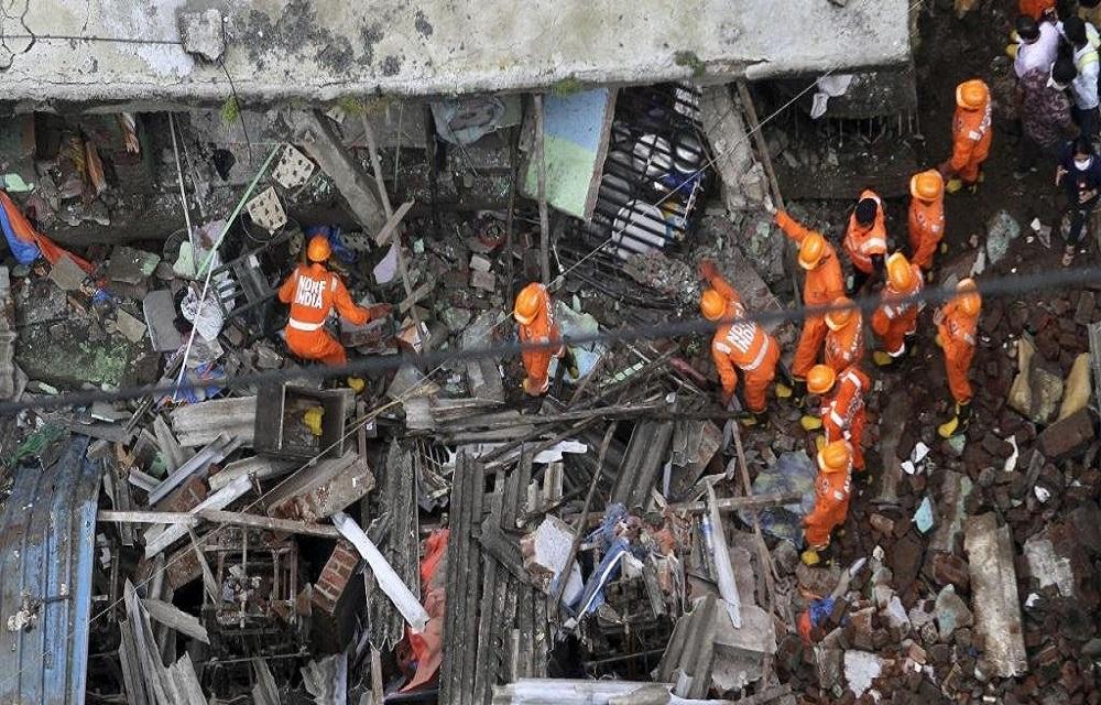 Ir para  <p>Ao menos 13 pessoas morreram e 25 podem estar presas nos escombros de um edif&iacute;cio residencial de tr&ecirc;s andares que desabou na madrugada desta segunda-feira no Oeste da &Iacute;ndia. O acidente aconteceu na...