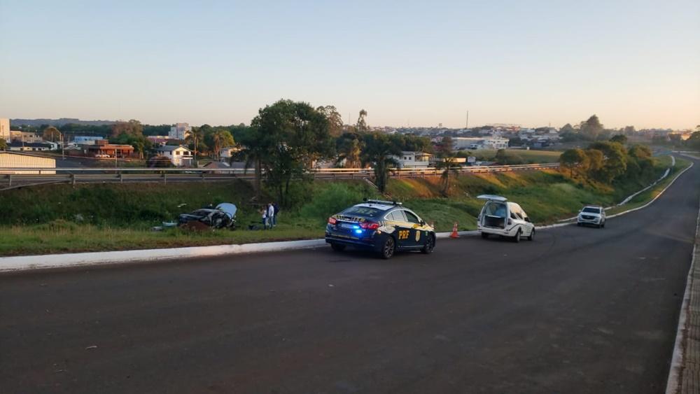 Ir para  <p><big>Um homem morreu depois que o carro em que estava incendiou, na madrugada deste s&aacute;bado (14), em uma das paralelas da BR 153, proximidades do Distrito Industrial, em...