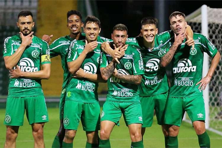 Chapecoense vence Figueirense e garante acesso à Série A.
