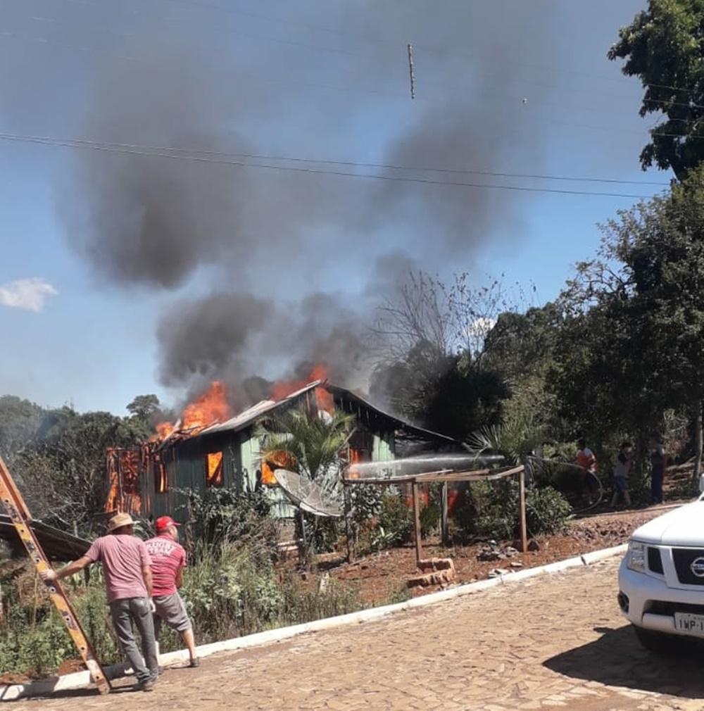 Ir para  <p><big>Uma casa de madeira onde morava um casal e dois filhos, no bairro Ypiranga, em Gaurama, foi destru&iacute;da pelo fogo na tarde desta quinta-feira(25).</big></p>  <p><img...